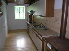 Kuchyně se sporákem, lednicí, mikrovlnou troubou a rychlovarnou konvicí