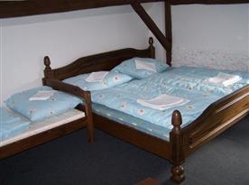 Ložnice B s manželskou postelí a lůžky