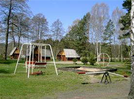 Dětské hřiště s prolézačkami v areálu