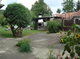 Dvůr se zahradou, bazénem, krbem a zastřešeným posezením