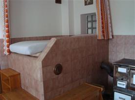 Obývací pokoj s pohovkou a kamny na tuhá paliva