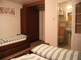 Třílůžkový pokoj s rustikálním nábytkem a příslušenstvím