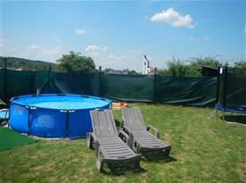 Zahrada, bazén, pískoviště, trampolína, ohniště