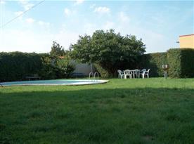 Upravená zahrada s bazénem