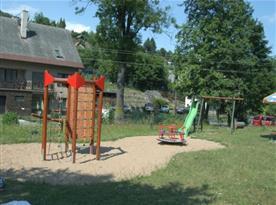 Dětské hřiště se skluzavkou, prolézačkami a atrakcemi