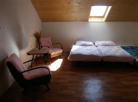 Pokoj s lůžky, křesly a stolkem