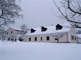 Zimní pohled na penzion pod sněhovou pokrývkou