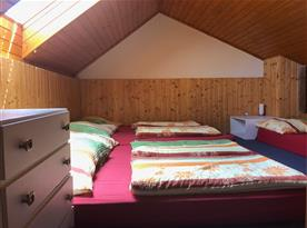 Podkrovní ložnice B s lůžky a nočním stolkem