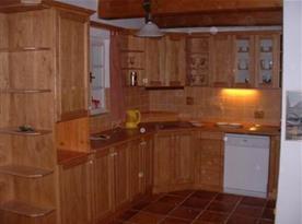 Kuchyňka se sporákem, myčkou, lednicí, mikrovlnou troubou a rychlovarnou konvicí