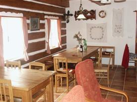 Společenská místnost se stoly a židlemi