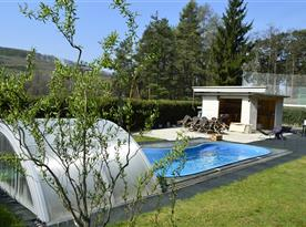 Vyhřívaný bazén s protiproudem