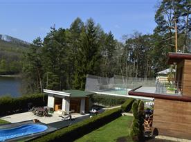 Pohled na bazén u chaty