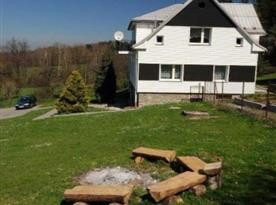Celkový pohled na rekreační dům s ohništěm
