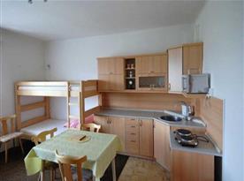 Kuchyňský kout v pokoji s patrovou postelí
