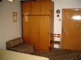 Ložnice D s lůžky a skříní