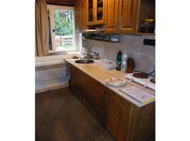 Kuchyňský kout s vařičem, lednicí, mikrovlnou troubou a rychlovarnou konvicí