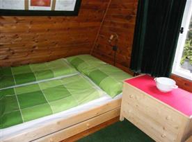 Ložnice A s manželskou postelí a skříňkou