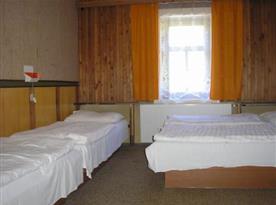 Pokoj s lůžky a umývadlem na teplou i studenou vodu