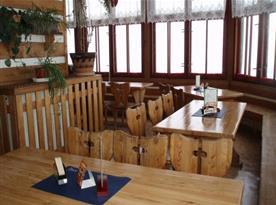 Jídelna s dřevěným nábytkem