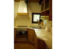 Kuchyně se sklokeramickou deskou, lednicí a rychlovarnou konvicí
