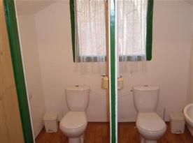Toaleta s umývadlem