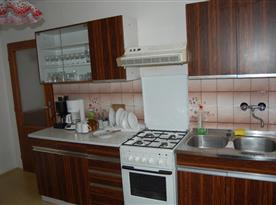 Kuchyně s mikrovlnnou troubou, kávovarem a lednicí