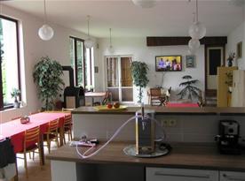 Pohled na společenskou místnost z kuchyně