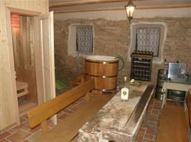 Místnost s posezením, saunou, ochlazovací kádí a výčepním zařízením