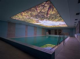 Krytý bazén v hotelu Kamzík. Hostům Chaty Smrková k dispozici.