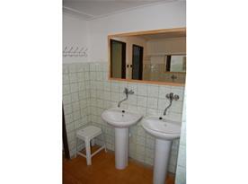 Sociální zařízení  s umývadly a zrcadlem