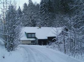 Chata v zimě s příjezdovou cestou