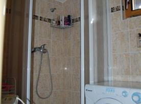 Sociální zařízení se sprchovým koutem a pračkou