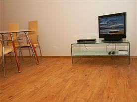 Apartmán se stolem, židlemi, televizí a Wi - Fi připojením