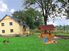 Celkový pohled na objekt s dětským hřištěm