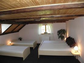 Pokoj s lůžky a nočními stolky