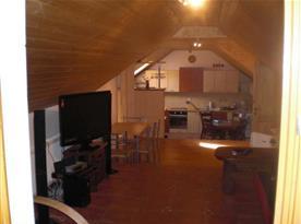 Obývací pokoj s kuchyní a LCD TV