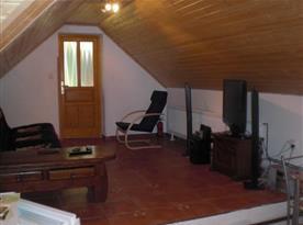 Obývací pokoj s posezením a TV