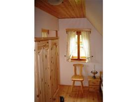 Ložnice B s lůžky, skříní, nočním stolkem a židlí