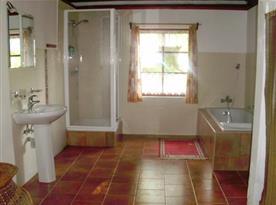 Koupelna s vanou, sprchovým koutem a umývadlem