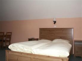 Apartmán s lůžky a nočními stolky