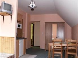 Kuchyňka v apartmánu s jídelním koutem