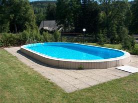 Venkovní bazén u objektu