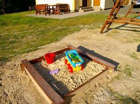 Dětské pískoviště na pozemku u chalupy