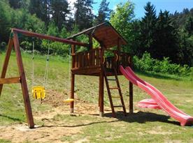 Dětské hřiště na pozemku u chalupy
