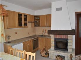 Kuchyň s linkou, sklokeramickou deskou, lednicí, mikrovlnou troubou a rychlovarnou konvicí