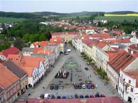 Celkový pohled na náměstí s historickými domy