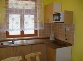Společná kuchyňka s mikrovlnkou a rychlovarnou konvicí