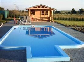 Venkovní bazén na zatravněné zahradě u objektu