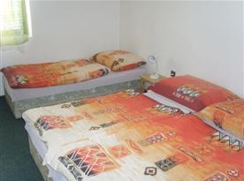 Pokoj s lůžky a lampičkou
