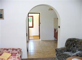 Pohled z ložnice do kuchyně